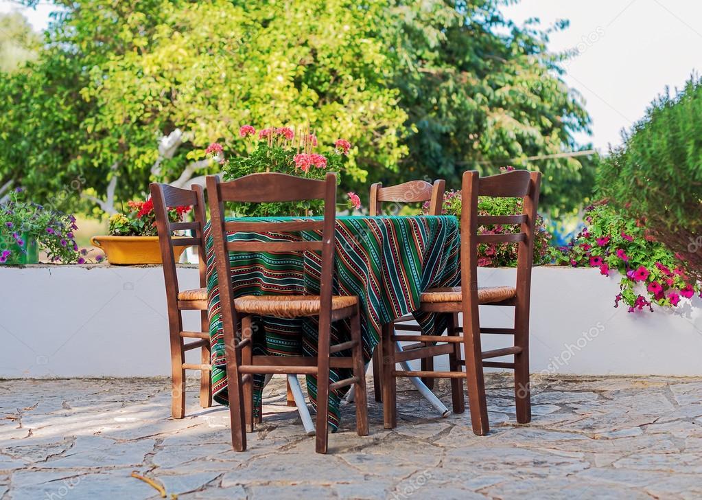 Mediterrane café terras buitenkant met stoelen u stockfoto