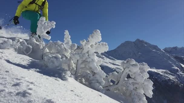Freeride-Skifahrer in Zeitlupe