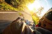 Fotografie Motocyklista, jízda na motocyklu v slunečné ráno