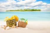 Tropická pláž písčitá s letní nápoje