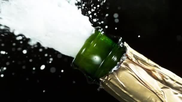 Super Zeitlupe der Champagner-Explosion, die Champagnerflaschen in Nahaufnahme öffnet. Gefilmt mit High-Speed-Kinokamera, 1000fps