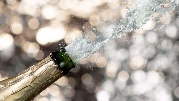 Super zpomalení výbuchu šampaňského, otevření láhve šampaňského detailně. Natočeno na vysokorychlostní kameře, 2000fps