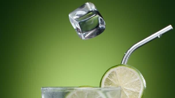 Super-Zeitlupe fallender Eiswürfel in Mojito-Drink, Kamerafahrt. Gefilmt mit High-Speed-Kinokamera, 1000 fps