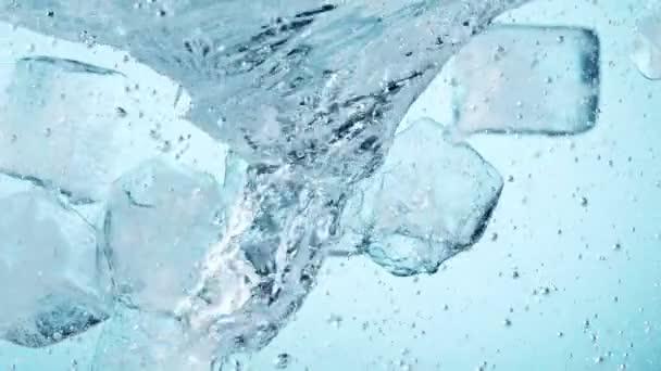 Super-Zeitlupe rotierender Eiswürfel im Wasser. Gefilmt mit High-Speed-Kinokamera, 1000 fps.