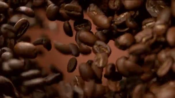 Super-Zeitlupe fliegender Kaffeebohnen, rotierend. Gefilmt mit High-Speed-Kinokamera, 1000 fps.