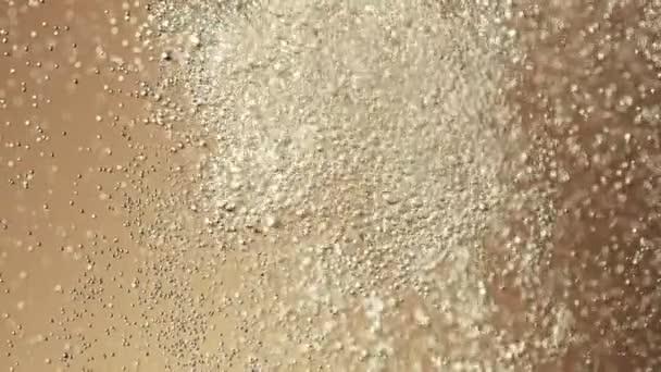 Super zpomalený pohyb nalévání šampaňského s bublinkami. Natočeno na vysokorychlostní kameře, 1000 fps
