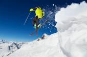 Fotografie lyžař na sjezdovce, sjezdové lyžování