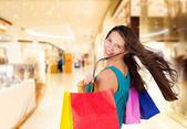 Fotografia giovane e bella donna con borse della spesa