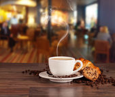 Pít kávu v kavárně