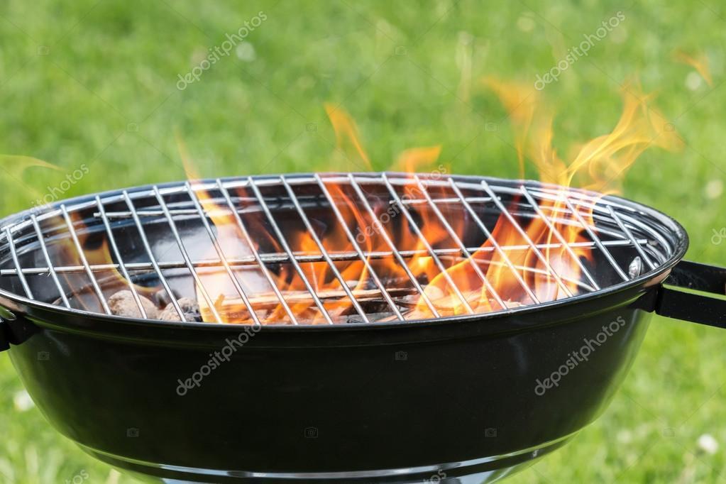 Lege grill met vuur op tuin u stockfoto jag cz