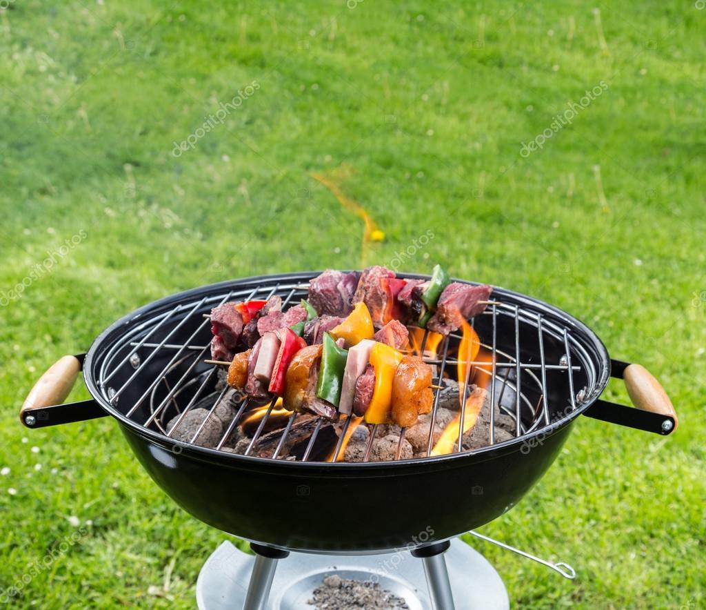 leer-grill mit feuer auf garten — stockfoto © jag_cz #73090017