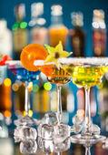 Martini drink serviti sul bancone bar