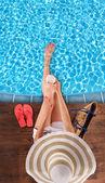 Fiatal nő pihentető medence