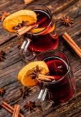 Fotografie Glühwein-Getränke mit würzigen und süßen Anordnung
