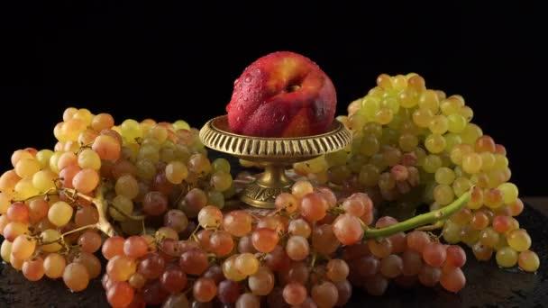 Rózsaszín quiche-mish szőlő, nektarin fekete alapon