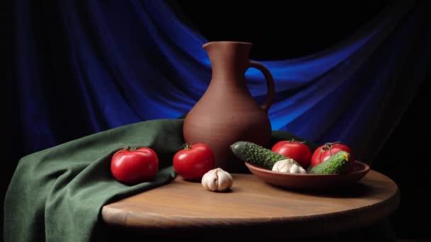 Zátiší s hliněným džbánem, rajčaty, okurkami a česnekem.