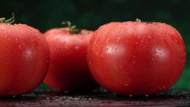 červené rajče v kuchyni při vaření. Světlý kouř se vznáší v pozadí.