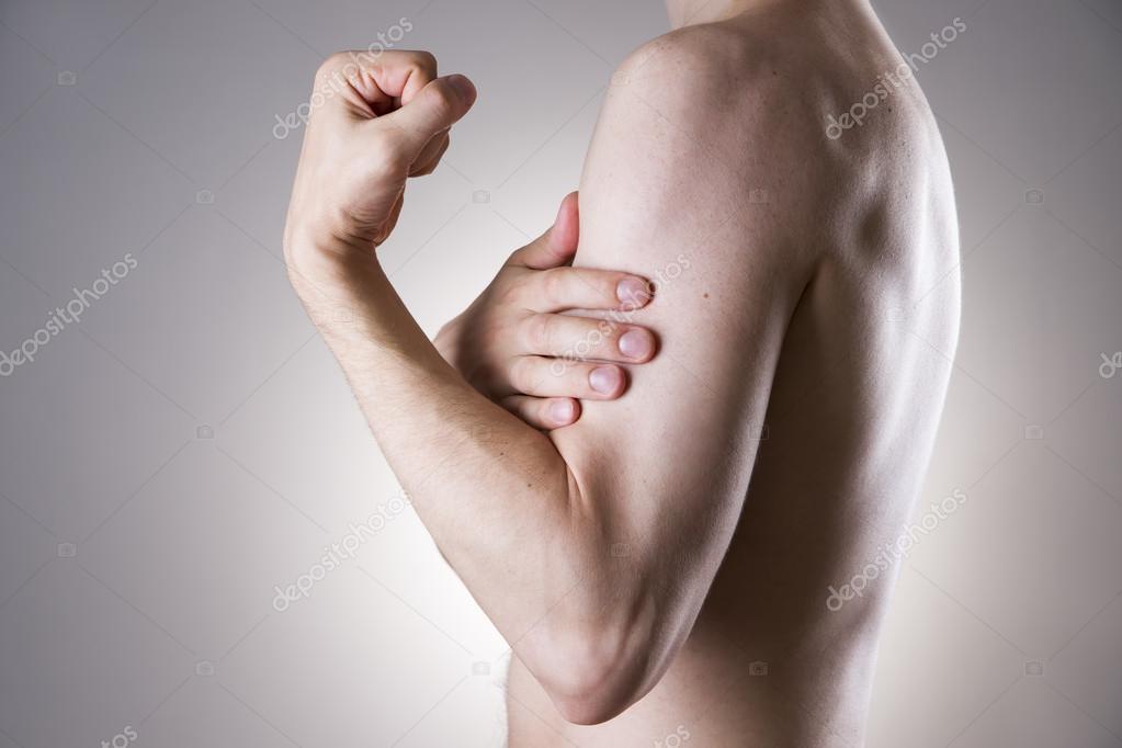Mann mit Schmerzen im Arm. Schmerzen im menschlichen Körper ...