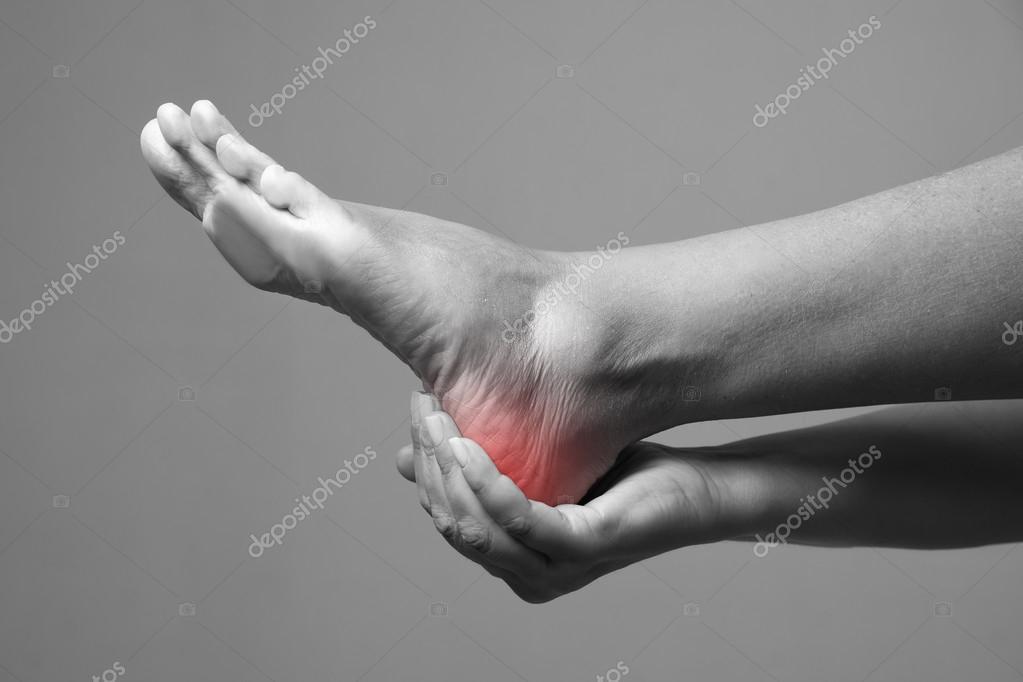 Schmerzen im Fuß. Massage der weibliche Füße. Schmerzen im ...