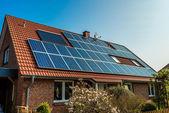 solární panel na střeše červený