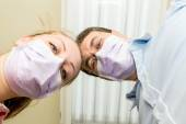 Zubař dělá zubní ošetření pacienta