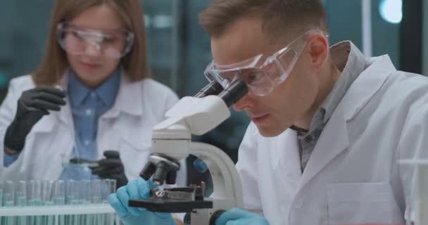 fiatal orvosi szakértők csoportja dolgozik az új coronavirus fertőzés elleni védőoltáson a kórház laboratóriumában
