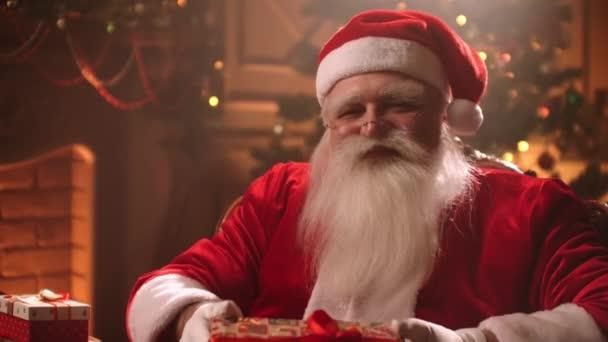 Karácsonyi csoda éjjel, kedves Mikulás ad ajándékot, portré kedves öreg varázsló a nappaliban
