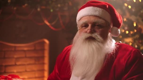 barátságos Mikulás mondja ho-ho-ho ül a nappaliban karácsony este, portré varázsló