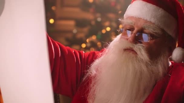 portrét Santa Clause v jeho domě na vánoční prázdniny, průvodce čte seznam přání v pokoji