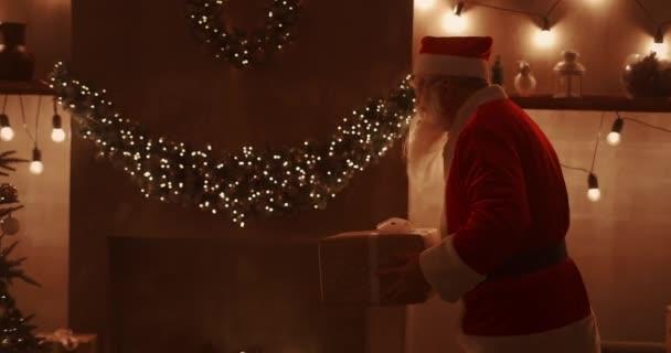 Der Weihnachtsmann bringt Geschenke für Kinder unter den Weihnachtsbaum. Schenken Sie Kindern an Heiligabend Geschenke. Der Weihnachtsmann legt ein Geschenk unter den Weihnachtsbaum