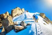 Fotografia Gruppo di alpinisti di raggiungere la vetta