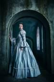žena ve viktoriánské šaty