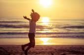 Šťastný chlapeček skákání na pláži