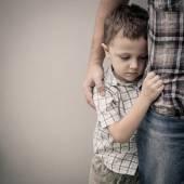 Smutné, syn objímala jeho otec
