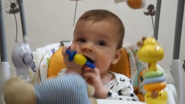 Automatische Schommel Baby.Zeven Maanden Baby Spelen Automatische Elektrische Schommel