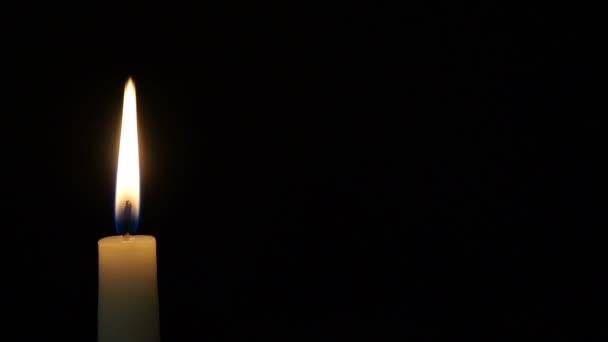 stopáž je hořící svíčka izolovaných na černém