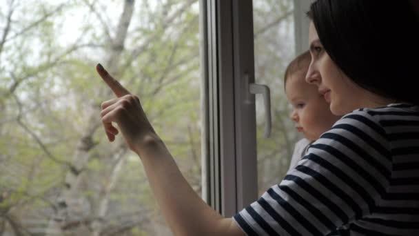 malého chlapce s jeho matkou se dívá z okna