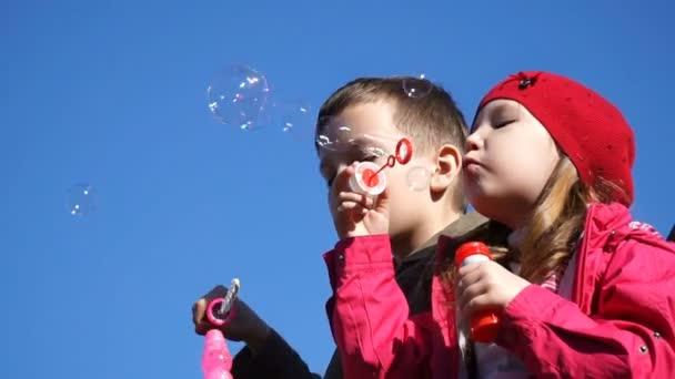 Filmmaterial Bruder und Schwester blasen Blasen im Freien