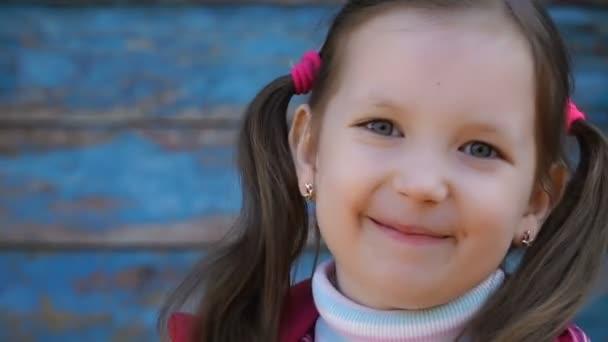 záběry holčička při pohledu na fotoaparát.