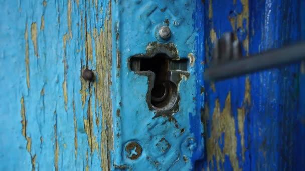 člověk otevře klíč klíčové dírky