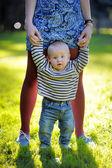 madre holding con il suo piccolo figlio