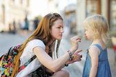 Madre e figlia che mangia il gelato