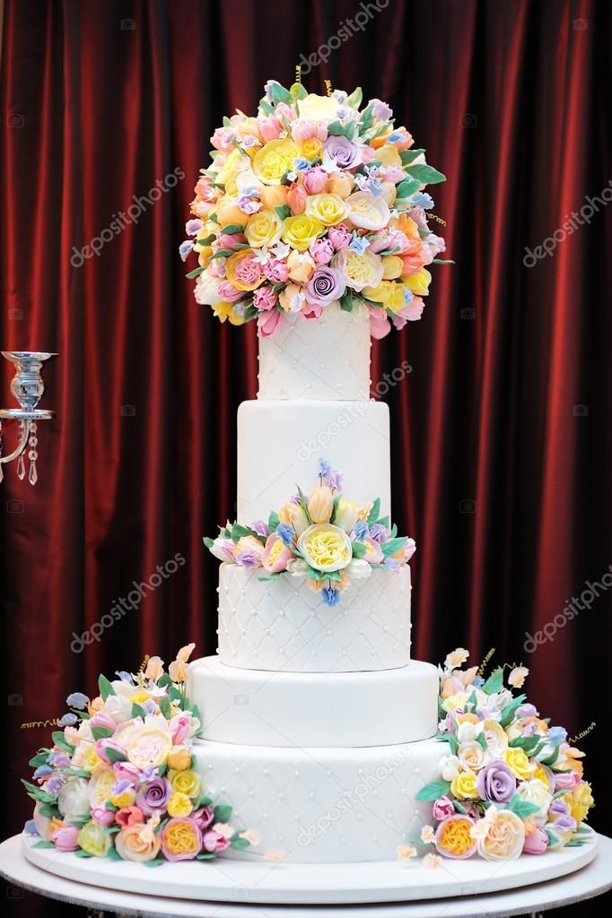 Gâteau De Mariage De Luxe Délicieux Blanc Décoré De Fleurs