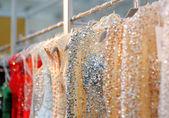 Fotografie pár krásných svatebních nebo večerní šaty