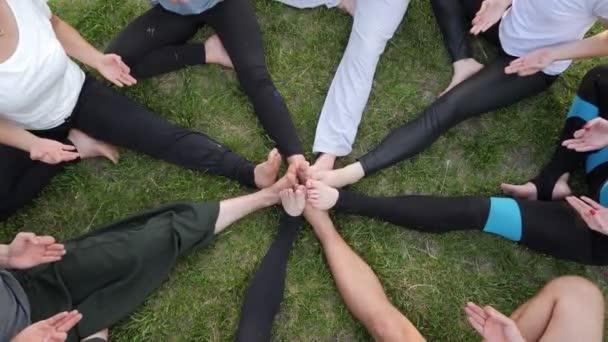 Kreis menschlicher Hände, die Yoga-Übungen aus nächster Nähe machen