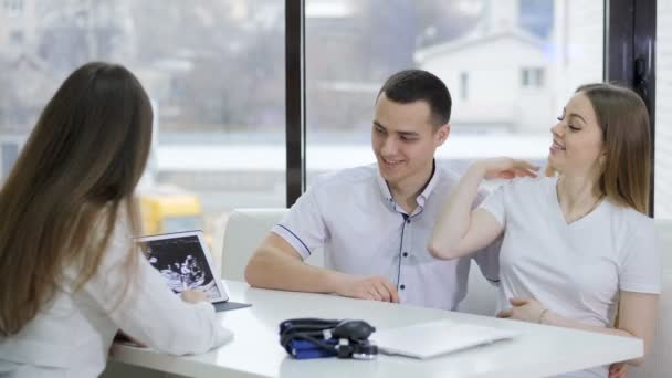 Werdendes Paar spricht beim Arztbesuch in Klinik