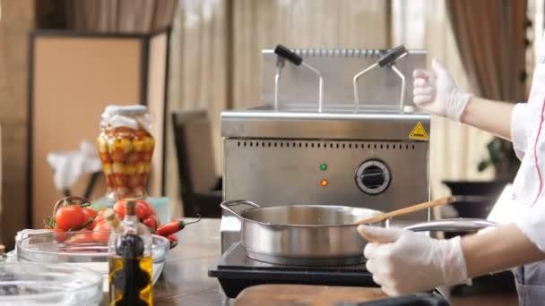 Šéfkuchař v restauraci s otevřenou kuchyní je příprava těstoviny jídlo
