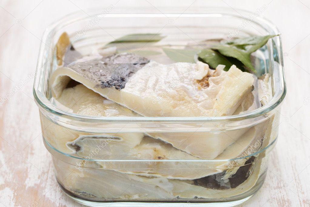 Merluzzo Salato Pesce In Acqua In Piatto Di Vetro Foto Stock