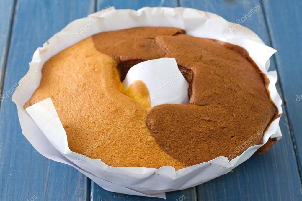 Portugiesische Kuchen Pao De Lo Auf Weissem Papier Stockfoto