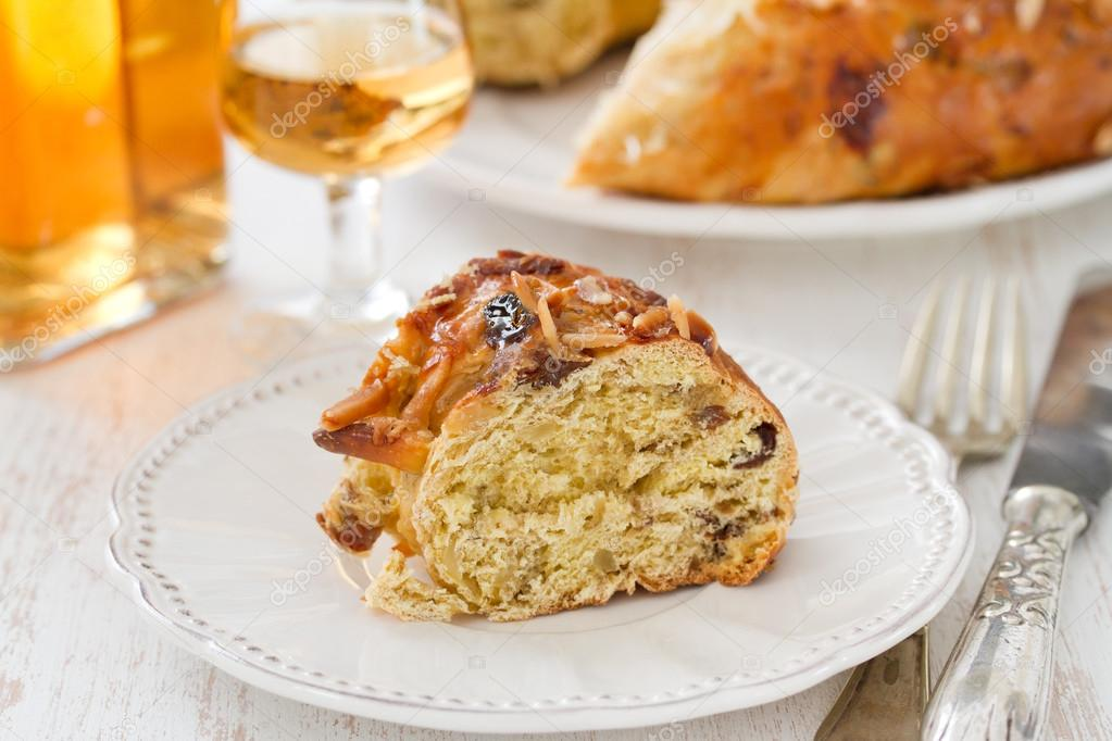 Kuchen Mit Trockenen Fruchten Auf Weissem Teller Stockfoto